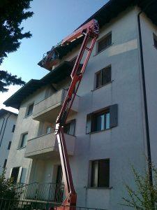 Esterno condominio con cestello aereo - Tinteggiature Esterne - Grispan Pitture Edili Manzano